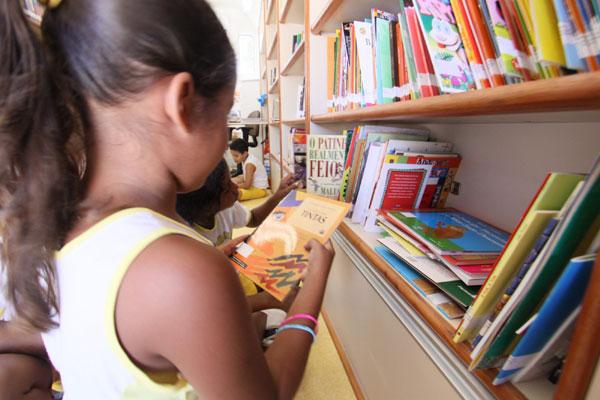 A salinha de leitura é climatizada e aconchegante, dispondo de um acervo para todas as idades