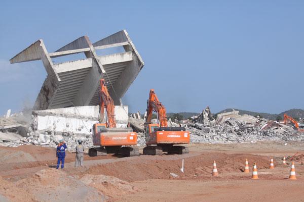 Somente na segunda tentativa as máquinas conseguiram demolir a estrutura