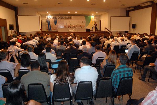 O evento reúne representantes do setor de óleo e gás voltados para a exploração e produção em terra