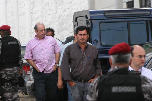 Os suspeitos desembarcam na sede da PGJ para prestar depoimento aos promotores de Justiça