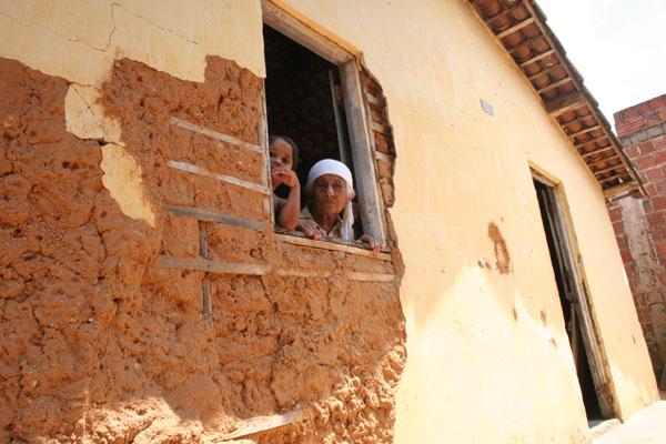 A aposentada Maria de Nazaré, que perdeu a casa com o tremor, em 1986, recebeu um novo imóvel com sérios problemas estruturais