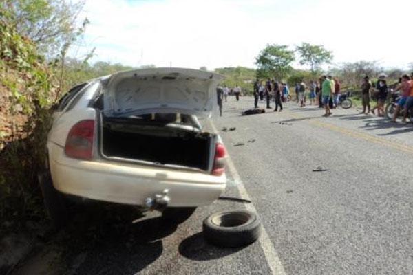 O acidente ocorreu na madrugada deste sábado (3).