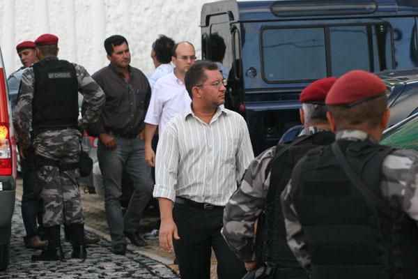 O contador Fabiano Lindemberg - de calça preta e camisa listrada, à frente - e o empresário Edson Cézar - de camisa escura e mãos nos bolsos - quando prestaram depoimento à PGJ