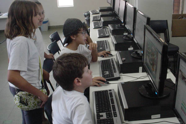 Computadores em sala de aula: uso de tecnologia melhora o aprendizado de crianças, mas a informática ainda é um sonho na rede pública