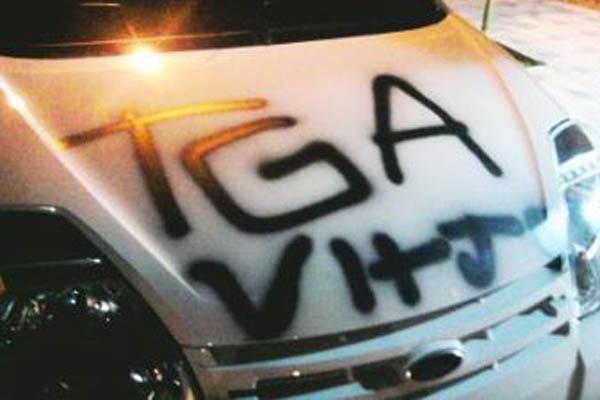 Veículos foram pichados com a sigla TGA, que remete ao nome da torcida organizada do ABC Futebol Clube, a