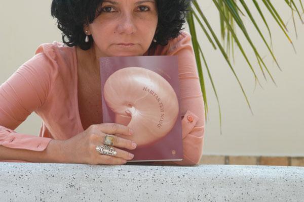 Dois anos depois de Lábios-Espelhos, Marize Castro volta ao verso em Habitar Teu Nome.