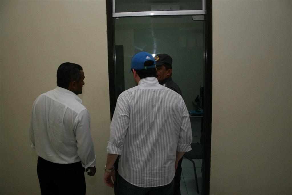 Caio Biagio, advogado,  saindo do quartel da PM.