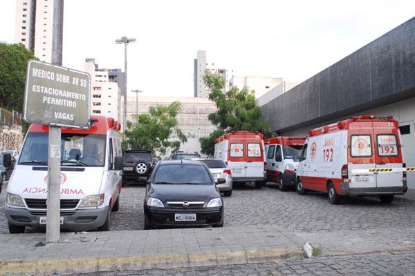 Ambulâncias do Samu Natal e Metropolitano aguardam horas no estacionamento do Hospital Walfredo Gurgel pela liberação das macas