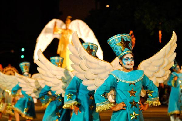 Desfile  alegórico Estrela de Natal circula pela praça Pedro Velho