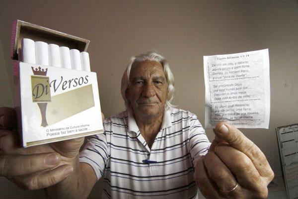 Marca fictícia DiVersos contém 18 falsos cigarros que, desenrolados, revelam mensagens poéticas