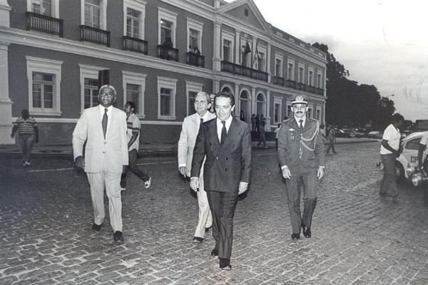 Ururahy, o governador Geraldo Melo e o vice Garibaldi Alves caminham pela Praça 7 de Setembro em direção à Assembleia Legislativa