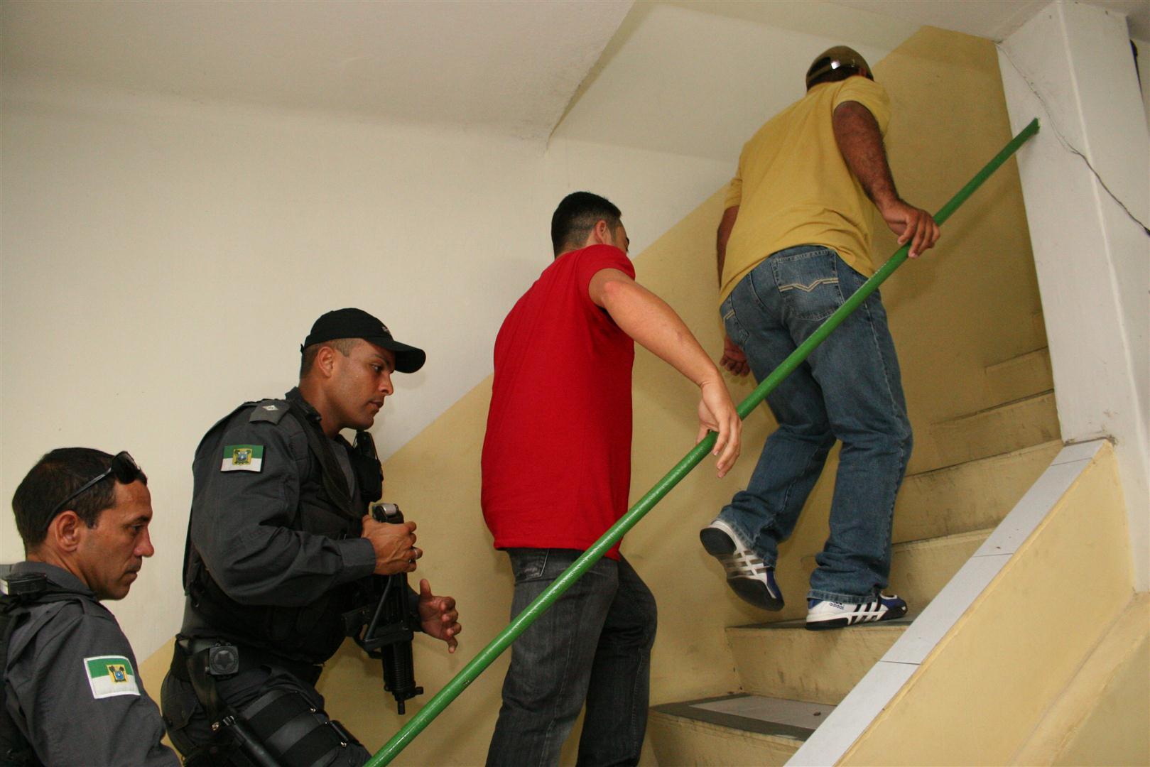 Polícia prende dois policiais militares suspeitos de extorsão no centro de Natal