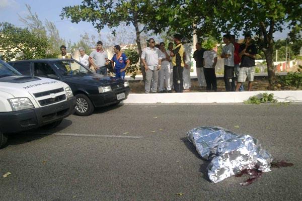 Colisão ocorreu na tarde desta sexta-feira. A pessoa que dirigia o carro que colidiu com a moto fugiu sem prestar socorro