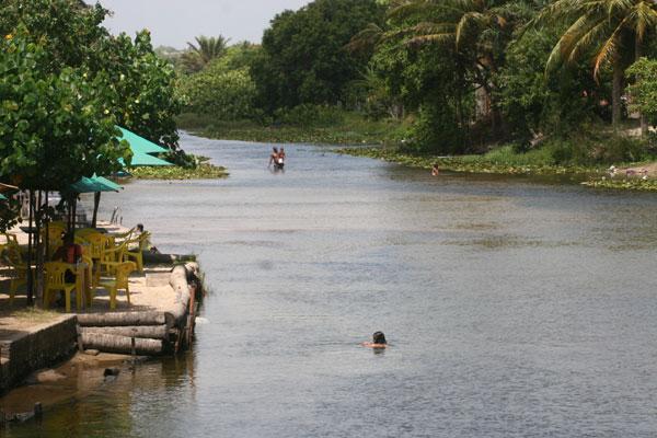 Banhistas se refrescam nas águas do rio Pium, ignorando os problemas de contaminação