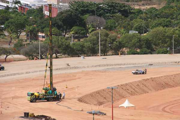 A fase atual da obra de construção do estádio Arena das Dunas envolve a conclusão da terraplenagem e o início da construção das fundações e colunas de sustentação da praça esportiva