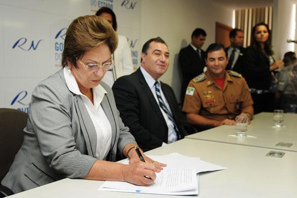 Rosalba Ciarlini assinou sanção da lei que trará benefício aos Bombeiros e Policiais Militares do RN