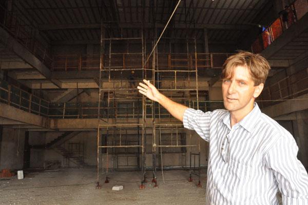 O professor Andruchak mostra obras do Teatro do Deart, que será multifuncional inspirado em teatro de Salvador