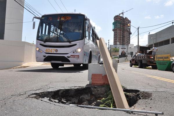 Buraco na rua General Cordeiro de Farias atrapalha trânsito...