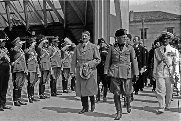 Benito Mussolini, da Itália, e Adolf Hitler, da Alemanha, passam as tropas em revista num dos muitos encontros que tiveram durante a Segunda Guerra Mundial