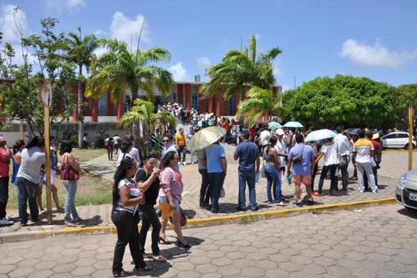 No 1º dia para apresentação de títulos de especialização, mestrado ou doutorado, os candidatos às vagas de professores do Estado formaram longas filas no Centro Administrativo