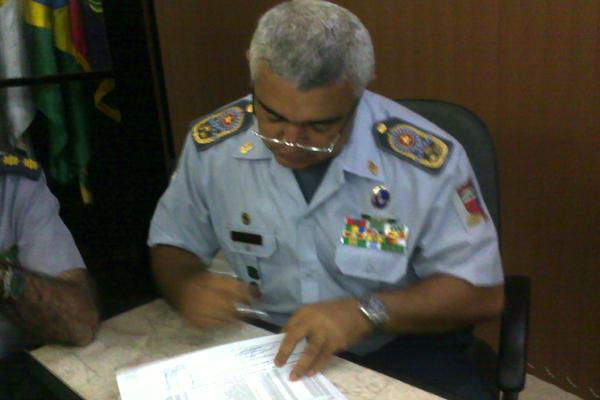 O coronel Francisco Araújo assinou a ordem bancária no início da tarde de hoje