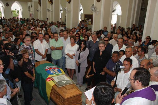 O adeus a Manoel Torres começou na Catedral de Sant'Ana. No trajeto até o cemitério, gestos de agradecimento e respeito do povo