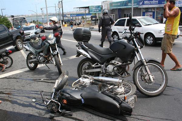 Um acidente entre uma motocicleta e um carro deixou duas pessoas feridas e promoveu congestionamento na avenida Tomaz Landim