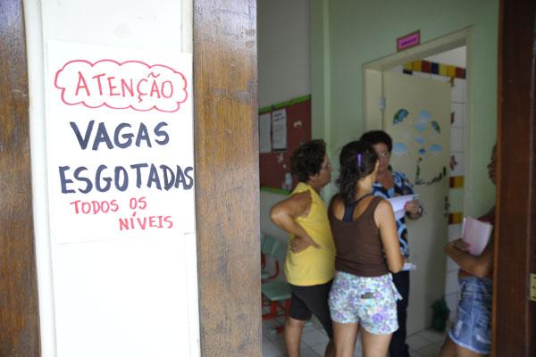 No Centro Municipal de Educação Infantil Nossa Senhora de Lourdes, um aviso indicava que todas as vagas já estavam esgotadas nesta manhã