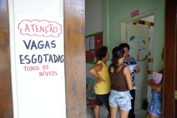 No CMEI N. S. de Lourdes, em Mãe Luíza, uma placa já avisava aos pais de alunos, no fim da manhã de ontem, que não havia mais vagas