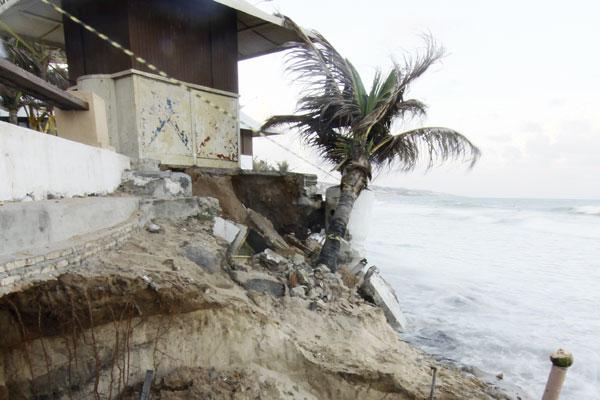Força das águas do mar ameaça derrubar quiosque de Ponta Negra