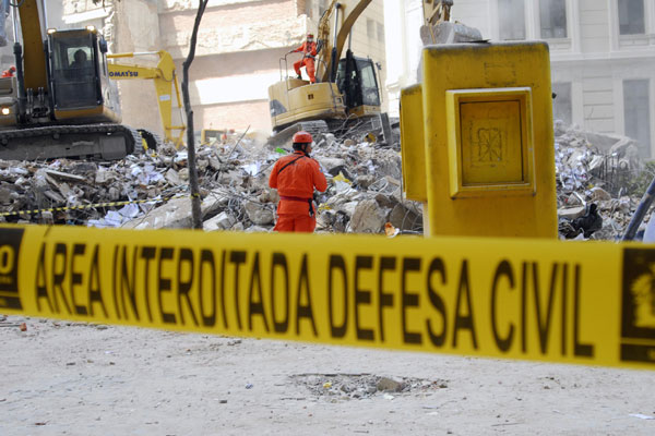 Os Bombeiros e a Defesa Civil interditaram toda a área próxima à avenida Treze de Maio, no Centro do Rio, onde aconteceu o desmoronamento. Alguns edifícios estão fechados
