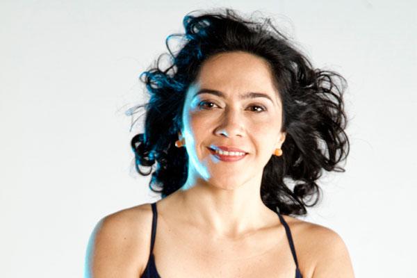 Valéria roda a saia e mostra o samba de Clara Nunes