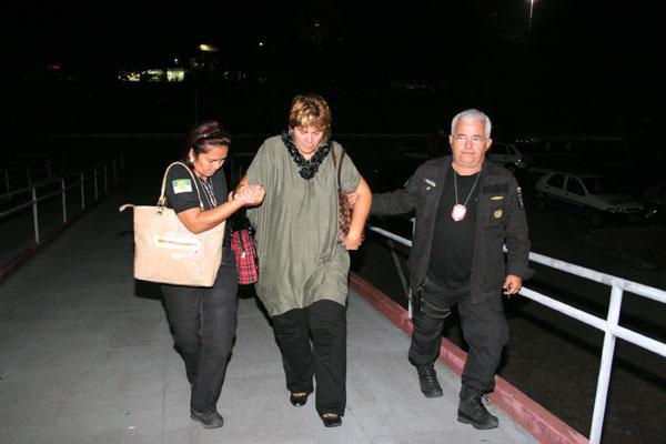Carla Ubarana chega a Natal abatida e é amparada por policiais