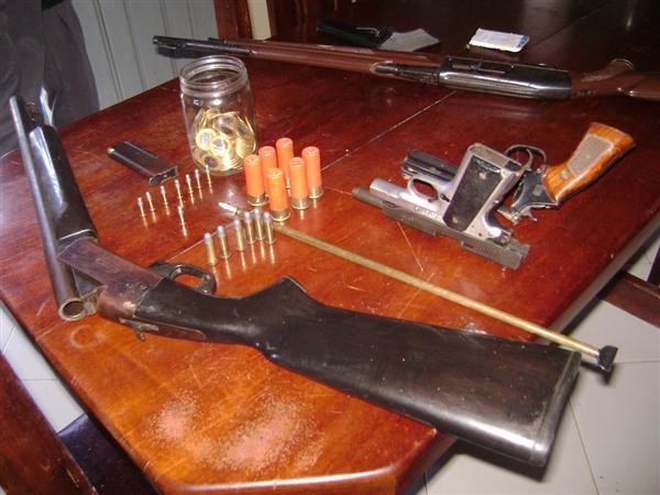 Também foram apreendidas armas, sendo um revólver, uma pistola 380 e três espingardas de grosso calibre.
