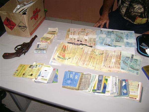 Os policiais apreenderam grande quantidade de promissórias, cartões de aposentados, pensionistas e Bolsa Família, além de cheque em nome de terceiros