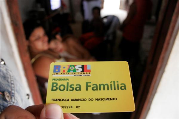 As famílias beneficiárias do Programa Bolsa Família já podem sacar a primeira parcela dos recursos do Programa de Fomento às Atividades Produtivas Rurais