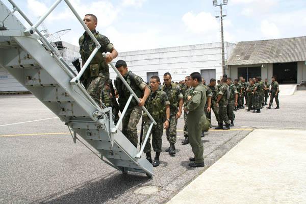 Tropas do RN e da Paraíba embarcaram nesta segunda-feira para reforçar a segurança em Salvador
