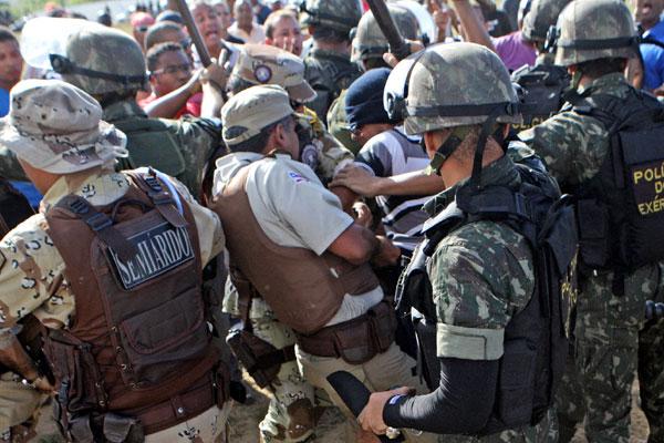Policiais grevistas e a força de segurança entraram em confronto, em frente à Assembleia Legislativa
