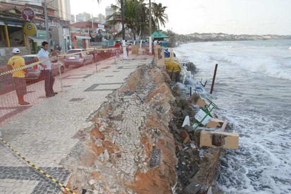 Avanço da água destruiu parte do calçadão em Ponta Negra