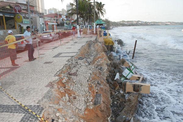 Em vários pontos, o calçadão de Ponta Negra está interditado, devido o perigo de desabamento