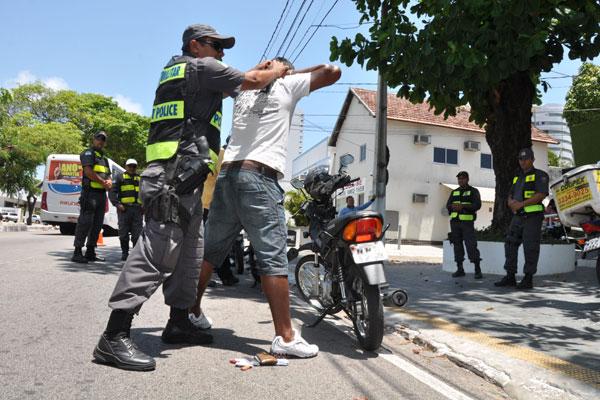 Em praticamente todas as vias mais movimentadas de Natal, a Polícia Militar montou barreiras revistando especialmente motociclistas