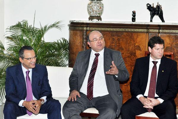 Henrique Alves conversa com líderes de partidos da base aliada