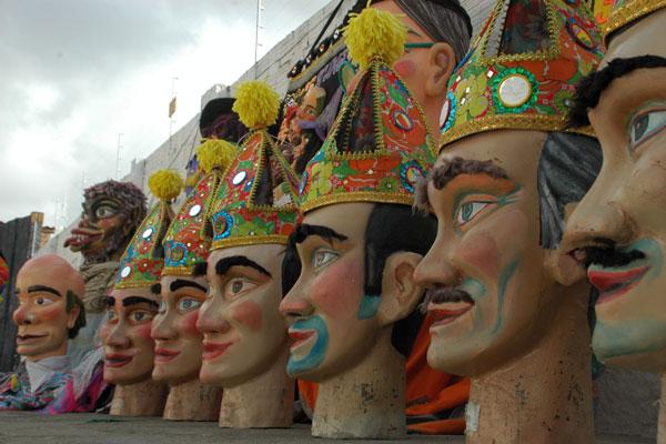 Bonecos são atrações do tradicional bloco de Ponta Negra