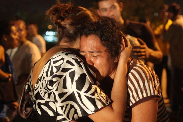 Em frente à prisão hondurenha, familiares lamentaram as mortes