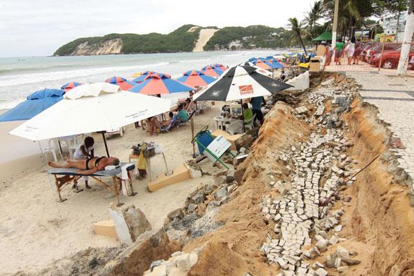 A força das águas do mar já compromete vários pontos do calçadão da praia mais famosa de Natal