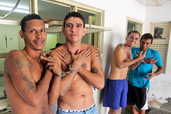 Rindo, presos posaram para fotos após serem recapturados pela polícia