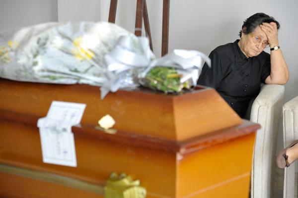 A portuguesa Maria da Conceição tenta superar burocracia e liberar corpo de filho que morreu sábado passado