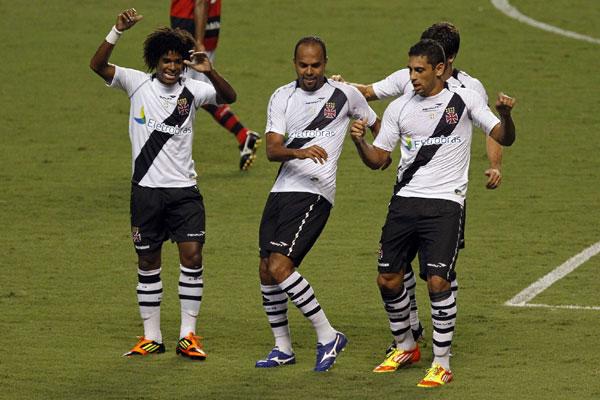 Alecsandro e Diego Souza comemoram o gol de empate com uma dança provocativa no Engenhão