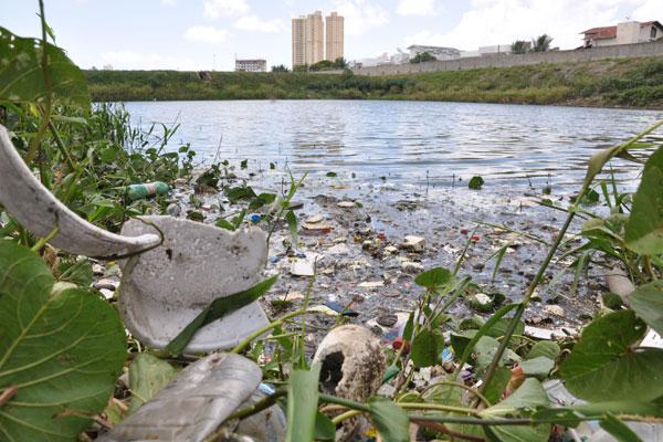 Lagoa de captação no bairro de Candelária acumula lixo, e população desconfia que esgoto clandestino é despejado na área