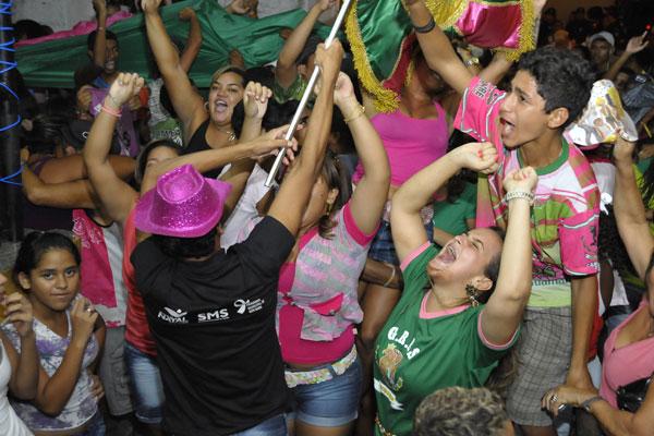 Componentes da escola de samba Balanço do Morro comemoram o resultado final da apuração